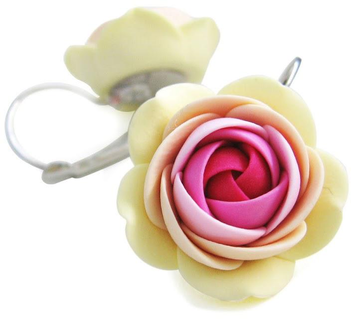 Troli Růžovo-vanilkové visací náušnice kytičky