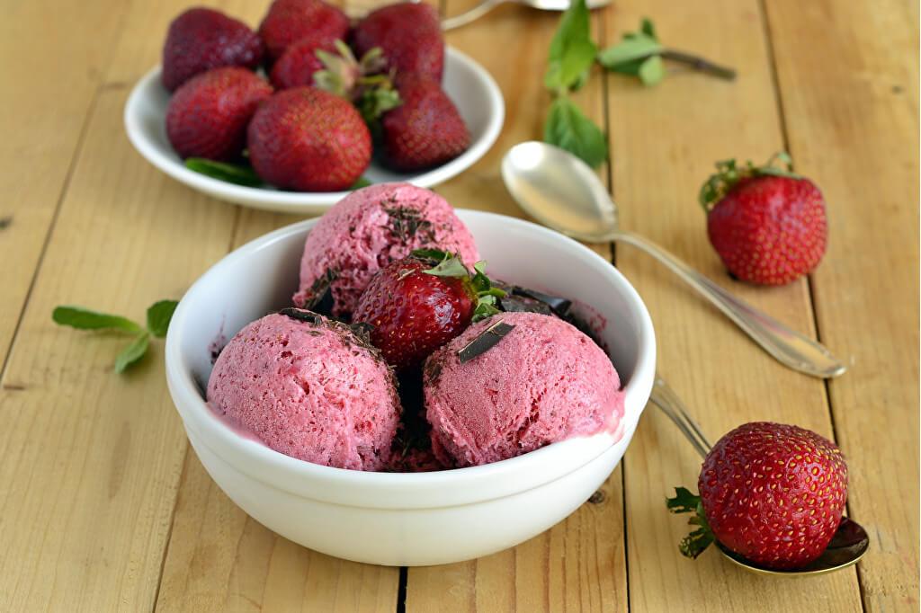 Domáce jahodová kešu zmrzlina