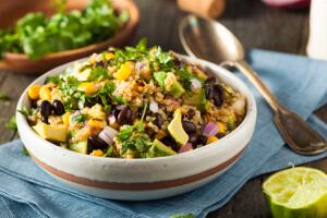 Avokádová rukola s kukuricou a quinoa