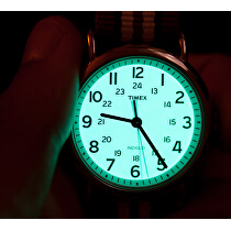 <p>Po stisknutí korunky se ciferník rozzáří zeleným světlem.</p>