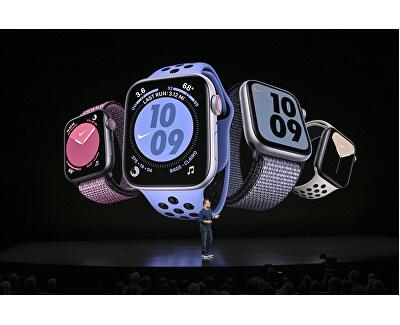 Watch Series 5 Nike 44mm stříbrný hliník s bílým Nike řemínkem
