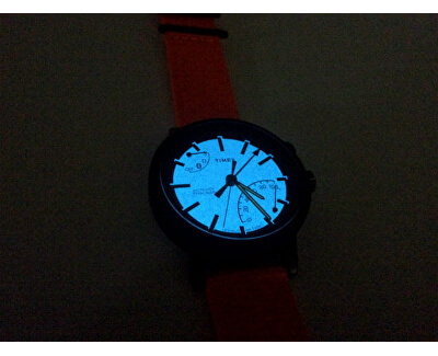 Po stisknutí korunky ciferník díky unikátnímu osvětlení Indiglo svítí.Foto je pouze ilustrativní, je zobrazen jiný model hodinek Timex.