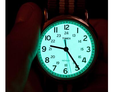 Po stisknutí korunky se ciferník rozzáří zeleným světlem.